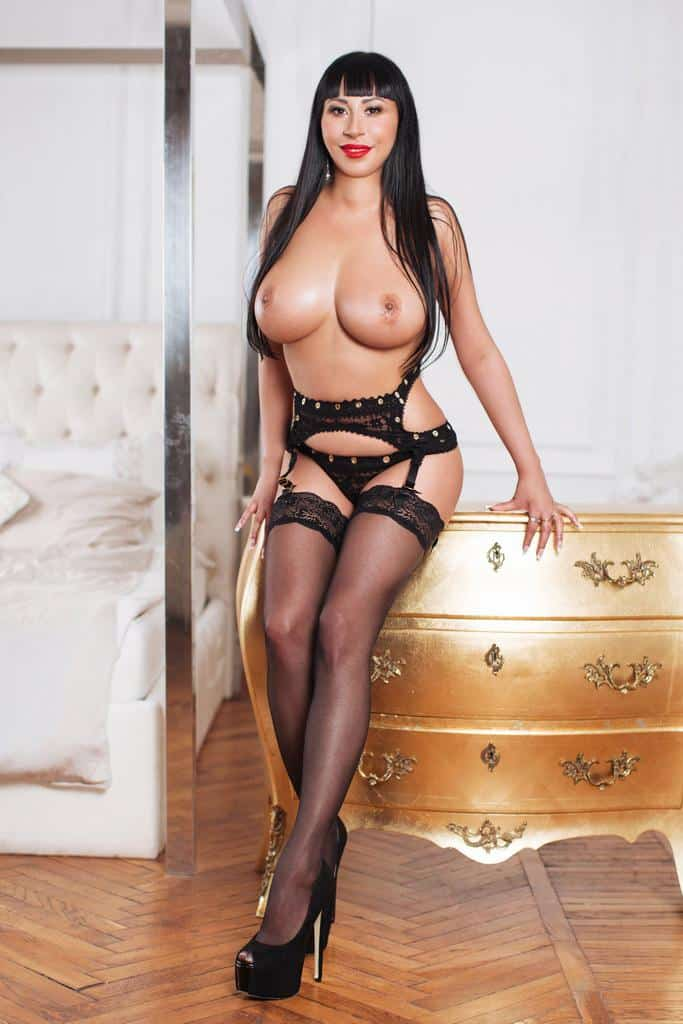 dreamgirls-sexy-escort-athens-kira-boobs (9)
